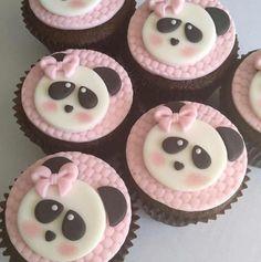 Inspire sua Festa ® | Blog sobre festas e maternidade Cupcakes Baby Shower Niño, Kung Fu Panda Cake, Panda Birthday Cake, Panda Food, Bolo Panda, Panda Cupcakes, Panda Baby Showers, Panda Decorations, Gender Reveal Party Games