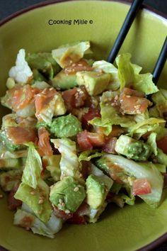 Salade de saumon et avocat avec une vinaigrette à la sauce de soja et aux graines de sésame