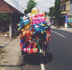 Typical day on the roads of Bali.. lol! Vx #bali #balilife #thisisbali #funny #roads #indonesia #island #islandliving #paradise #tropical #balloons #scooter #happiness
