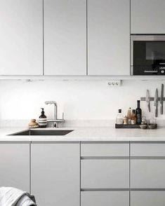 Captivate Minimalist Kitchen Decor And Design Ideas light grey kitchen cabinet colour + marble q Home Decor Kitchen, Kitchen Furniture, New Kitchen, Home Kitchens, Kitchen Ideas, Kitchen White, Awesome Kitchen, Kitchen Trends, Rustic Kitchen