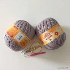 Neste passo a passo vamos aprender a confeccionar oTAPETE OVAL SIMPLES. Tapetes com flores são sempre encantadores, mas os tapetes clean são muito bem vindos Crochet Purses, Lana, Knitted Hats, Projects To Try, Knitting, 1, Crochet Carpet, Crocheted Purses, Knit Hats