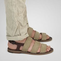 zapato hombre veneta sandalia Gladiator Sandals, Leather Sandals, Male Sandals, Male Fashion Trends, Mens Fashion, Make Your Own Shoes, Just For Men, Male Feet, Trendy Shoes
