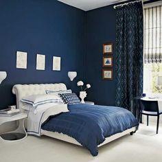 une belle combinaison de couleurs -murs en bleu foncé et linge de lit blanc