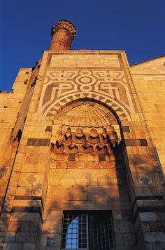 İsa bey camii/Selçuk/İzmir/// İsa Bey Camii, Türk mimarlık tarihinin Anadolu Beylikleri dönemine ait en eski ve gösterişli eserlerindendir. 19. yüzyılda kervansaray olarak da kullanılmıştır.