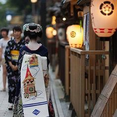 Maiko with beautiful obi Japanese Kimono, Japanese Art, Japanese Things, Japanese Beauty, Asian Beauty, Kabuki Costume, Japanese Colors, Japanese Landscape, Yukata