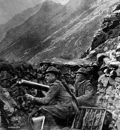 La fotografia, scattata nel 1915, ritrae alcuni alpini italiani in trincea sul fronte di guerra. Archivio DIA.