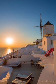 Sunset in Oia, Santorini, Greece - Grecia - Grèce - Ελλάδα - Griechenland - ギリシャ - 그리스 Maui Vacation, Vacation Places, Vacation Destinations, Dream Vacations, Vacation Ideas, Beautiful Places To Travel, Beautiful World, Santorini Greece, Santorini Sunset