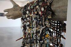 """רפרם חדד, """"השטיח של אבא שלי"""", 2013, כ־2,000 שעוני יד, 2.0x1.2 מטרים, מתוך תערוכת בוגרי תוכנית האמנים לשנת 2013 של ארטפורט, תל אביב, צילום באדיבות האמן וארטפורט"""