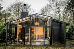Sfeervolle boutique bungalow midden in het bos van het Vechtdal. De bungalow heeft een heerlijke luxe. Geniet van de hottub, de sauna, het relaxterras, de boskas en de twee open haarden. De bungalow is gebouwd als een loft. Een fijne plek om even helemaal weg te zijn. Het uitzicht vanuit de bungalow is haast kunstzinnig. Elk seizoen is de schoonheid van het bos anders. Geschikt voor liefhebbers van de natuur en welness. Mobile Home Exteriors, Weekender, I Love House, Holland, Appartement Design, Holiday Places, Container House Design, Cottage Design, Cabins In The Woods