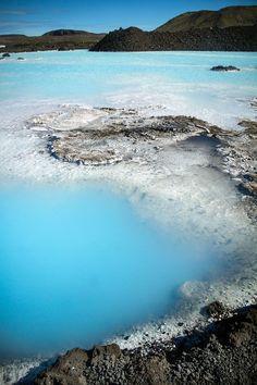 淡い水色とミルク色に染まった温泉はまるで空のよう 美しすぎる!アイスランドなのに温泉?青の楽園ブルーラグーン