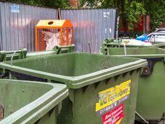 Началось! В Челябинске появились контейнеры для перерабатываемого мусора. Ставят их в самое удобное место, назад, за грязными баками привычного родного нам мусора. Наверное, ставят туда, чтобы в такие красивые корзины, да еще с белым мешком внутри, не бросали мусор, не пачкали.  .  #южныйурал #chelyabinsk #russia #челябинск #chel #Че #суровыйЧелябинск #ural #фото #photo #россия #урал #экология