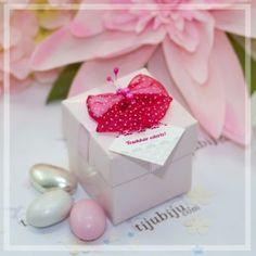 Kelebeğin Öpücüğü - Pembe Kutu Kelebekler gibi hafif ve şeffaf bir hediyelik. Fiyonkların el sanatıyla buluştuğu incelikli bir şeker kutusuna kim karşı koyabilir. Değişime evet diyenler için rengarenk seçeneklerden birini seçin.