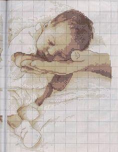 Come non immorsarsi di questo quadretto ricamato a punto croce e raffigurante una mano che protegge un neonato?