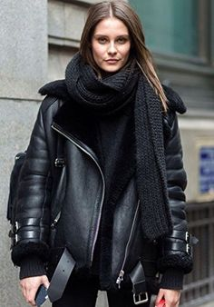 CHAQUETA MUJER Podemos encontrar una clarísima apuesta por los abrigos y  chaquetas de cuero. Como 3196082bc181