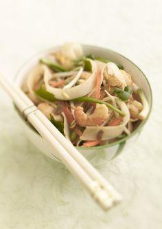Thaise noedels met scampi en koriander http://www.njam.tv/recepten/thaise-noedels-met-scampi-en-koriander