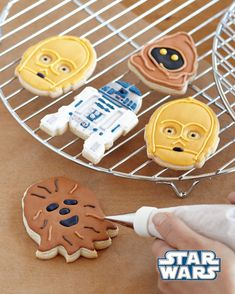 Two things that we love unconditionally are cookies and Star Wars. When the two are combined and you get to eat cookies made from Star Wars Droids & Aliens Bolo Star Wars, Star Wars Cake, Star Wars Party, Star Wars Cupcakes, Star Wars Cookies, Star Wars Cookie Cutters, Cookie Cutter Set, Star Wars Stencil, Anniversaire Star Wars