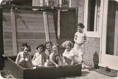 Anne Frank met andere meisjes in de zandbak.