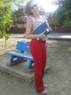 Pantalones rojos cartera verde