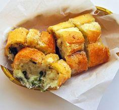 καλή νοικοκυρά: Ζεστό σκορδόψωμο με τυρί που λιώνει στο στόμα