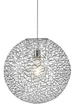 Excell är en snygg taklampa i krom, skapad i en häftigt mönstrad design. Passar bra i alla typer av rum, hängande ensam eller flera i par. Ljuskällan visar bak ramen, så kombinera gärna med en dekorationslampa. Ljuskälla ingår ej.