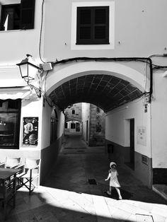 Ciutadella de Menorca. Niña bajo el arco.