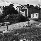 Puutaloja Eevankadulla Länsi-Pasilassa. Vasemmalla Elannon takapihaa. (1970)