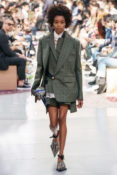The complete Sacai Spring 2020 Menswear fashion show now on Vogue Runway. Fashion Week, Fashion 2020, Runway Fashion, High Fashion, Fashion Outfits, Mens Fashion, Fashion Trends, Men's Outfits, Ladies Fashion