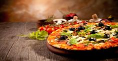 Pri slove PIZZA si každá predstaví veľa múky, salámy, syra a pod. Inak povedané kalorickú bombu... Pri tejto si ale z toho ťažkú hlavu robiť nemusíš. Je i pre kočky, ktoré sa snažia udržiavať si krásnu líniu.Pizza je pôvodom z Talianska. Pečený ploský bochník je v histórií považovaný za pôvodný pokrm roľníkov. Datuje sa cca. rok 1000 v mieste okolia Neapolu. Možno netušíš, ale prvé dodávky pizze robil Raffaele Esposito z reštaurácie Pietro il Pizzaiolo pre kráľa UMBERTA I. a jeho manželku…