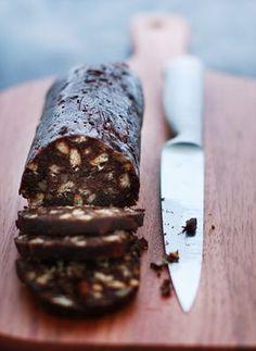 faço assim: tamaras; oleo coco; cacau; biscoitos aveia; baunilha. 1 Misture bem todos os ingredientes e coloque no papel-alumínio untado com óleo. Faça um rolo com a massa, imitando um salame, e leve ao freezer para endurecer.