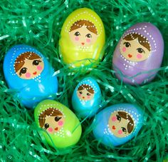 Turn ordinary plastic Easter eggs into beautiful nesting dolls. Egg Crafts, Easter Crafts, Easter Projects, Diy Projects, Chocolate Bunny, Plastic Easter Eggs, Family Crafts, Egg Art, Easter Celebration