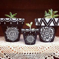 Flower Pot Art, Small Flower Pots, Flower Pot Design, Flower Pot Crafts, Clay Pot Crafts, Rock Crafts, Diy Arts And Crafts, Painted Plant Pots, Painted Flower Pots