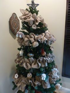 easy burlap garland.  I could use this year round in our cabin.