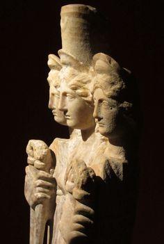 Hekate è una figura molto importante per comprendere come la Grande Madre sia stata demonizzata dall'egemonia Giudaico/Cristiana. Ci è tramandata come Dea della morte, degli Inferi, della Magia… Di tutto ciò che è oscuro insomma. E tuttavia nella sua terrifica… Read more ›