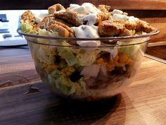 An heißen Tagen, gibt es doch nichts besseres als einen leckeren knackigen Salat. Heute stellen wir dir unseren leckeren Gyrossalat vor. Der Fitness Schichtsalat ist ein echter Sommerhit und hat dabei auch noch richtig gute Nährwerte.