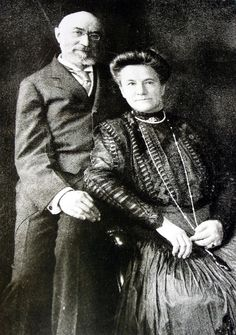 Titanic Isador & Ida Straus: A Love Story.Isador, and his wife Ida, almost always traveled together; in fact, they were rarely apart during their married life and wrote each other daily during periods of separation. Rms Titanic, Titanic Photos, Titanic History, Titanic Ship, Titanic Sinking, Titanic Movie, Belfast, Plymouth, Titanic Artifacts