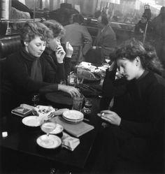Robert Doisneau // Saint Germain des Prés -  Edith Perret et Eddie de Ré à St Germain des prés 1950