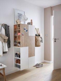 Pour l'idée des 2 meubles adossés dos à dos. 2 meubles dos à dos avec casiers de rangement intégrés. Avantage : Le meuble est suspendu : l'entrée reste ainsi aérienne. Les meubles étant dos à dos, 2 zones de rangement sont créé : l'une du côté de la porte d'entrée, l'autre du côté de l'espace de vie. Les casiers côté entrée sont utilisés comme des vide-poche et ceux du côté espace de vie sont transformés en armoire à chaussures. Le + : les porte-manteaux installés de chaque côté du meuble.