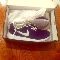 NIKE roshe sneakers! SALE 1 DAY ONLY! Never been worn! In box perfect condition! Size 9.5 Nike Shoes Sneakers