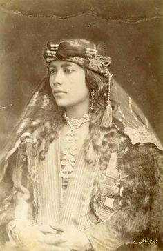 Portrait de femme, Beyrouth, Liban, circa 1875. Tirage albuminé. by Dumas.