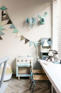 Peluches na parede, fitas festivas na parede, organização de canetas/secretária
