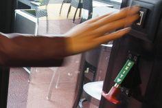 record HEI/HEA – manual unlocking - De automatische deuren van record zijn gebouwd volgens de hoogste normen van veiligheid en betrouwbaarheid. Tijdens stroomuitval zal elke automatische deur stoppen met functioneren, mits deze niet is uitgerust met een accu die er voor zorgt dat de deur in noodgevallen blijft functioneren. In dit geval kan uw automatische deur voorzien worden van een mechanische ontgrendeling door het gebruik van een robuuste Bowdenkabel, of in het geval van een break-out…