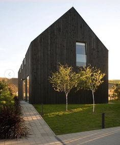 Small House Archdaily 25 Elegant Pin On Architecture Modern Barn House, Timber House, Wooden House, Architecture Design, Residential Architecture, House Cladding, Wood Cladding, Wood Siding, Black House Exterior