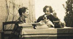 Renée Hamon, Colette, et la chienne Souci sur la terrasse de l'appartement qu'occupe l'écrivain dans l'immeuble Marignan à Paris (vers 1936)
