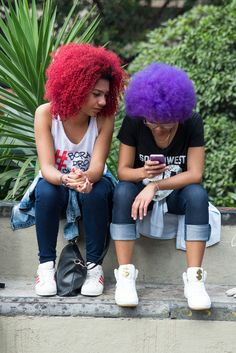 Crespas coloridas. Colors Black. Foto de Carolina Cury para o Blog das Cabeludas #MarchadoOrgulhoCrespo #OrgulhoCrespo #Brazil Fur Slides, Natural, Blog, Fashion, Walking Gear, Kinky Hair, Pride, Moda, Fashion Styles