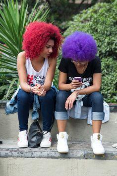 Crespas coloridas. Colors Black. Foto de Carolina Cury para o Blog das Cabeludas #MarchadoOrgulhoCrespo #OrgulhoCrespo #Brazil