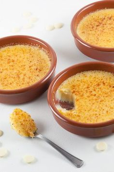 This amazing dessert is easy and so creamy! The most delicious part of this white chocolate crème brûlée is probably the sugar layer. Vegan Recipes Easy, Sweet Recipes, Snack Recipes, Dessert Recipes, Blender Recipes, White Chocolate Creme Brulee, Tapas, Panna Cotta, True Food
