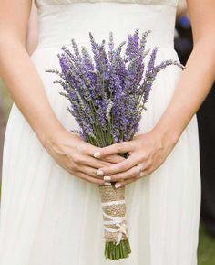 In plaats van een bruidsboeket een bosje lavendel