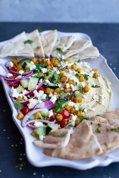 This Loaded Mediterranean Hummus is INSANELY TASTY! Imagine a warm slice of pita bread topped with creamy hummus and your favorite mediterranean toppings like tomatoes, red onion, feta, cilantro… Healthy Recipes, Healthy Snacks, Healthy Eating, Cooking Recipes, Healthy Appetizers, Breakfast Healthy, Dinner Healthy, Delicious Recipes, Snacks Für Party