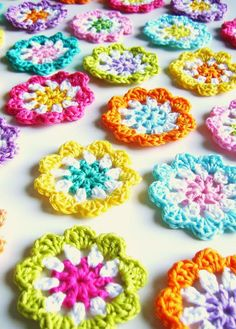 silly old suitcase: DIY: crochet a mini flower garland in bright colours... tutorial