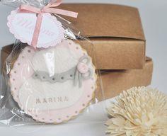 Galleta decorada de patuco o calcetín de bebé en color rosa  para bautizo de niña!! Galletas originales y personalizadas para bebés decoradas en fontant y con un packaging bonito!!